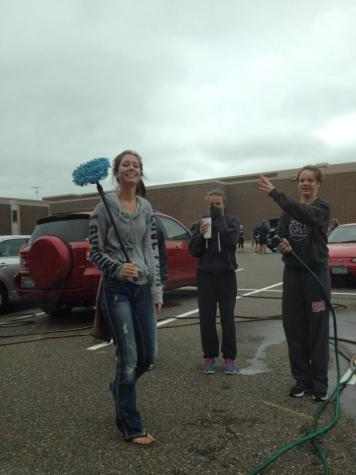 Girls Tennis earns money with carwash